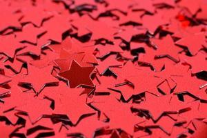 Konfetti in Form von roten Sternen foto