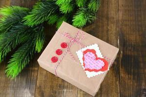 Geschenkbox aus Papier auf hölzernem Hintergrund