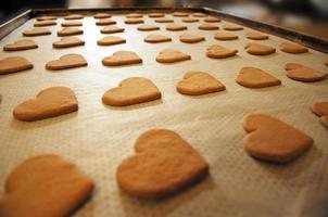 Backblech mit herzförmigen Keksen foto