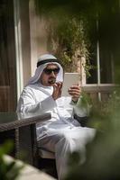arabischer Mann mit Smartphone aus foto