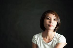 junges vietnamesisches Mädchen auf Schwarz foto