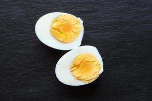 geschnittenes hart gekochtes Ei auf einem Schieferhintergrund