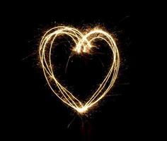 Herzform bei Nacht durch Feuerwerk Wunderkerzen foto