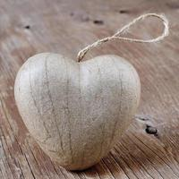 Herz auf einer rustikalen Holzoberfläche