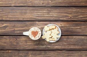 Tasse Cappuccino mit Herzform und Keksen