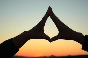 Hände bilden ein Herz foto