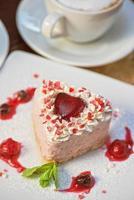 herzförmiger Valentinstagskuchen foto