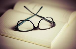 offenes Buch und Gläser foto