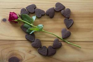 Herzplätzchen in Herzform mit einem Rosenpfeil foto