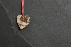 Das Herz der weißen Birkenliebe zum Valentinstag hängt auf grauem Schiefer foto