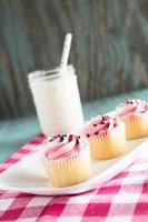 Valentinstag rosa Cupcakes mit Glas Milch foto