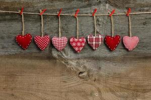 Gingham Liebe Valentinstag Herzen hängen an Holz Textur foto