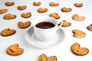 Tasse Tee mit Keksen in Form von Herzen 2