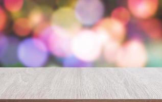 Tischplatte aus Holz mit unscharfem Hintergrund