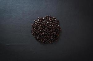 Kaffeebohnen auf dem Tisch