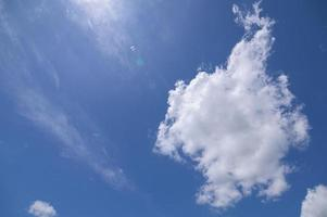 Tageshimmel und weiße Wolken foto