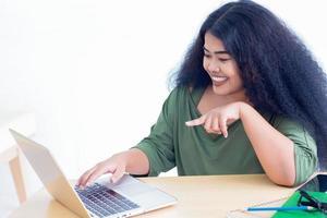 wman arbeitet mit einem Laptop