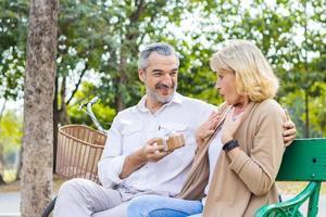 älteres Ehepaar überraschen sich gegenseitig