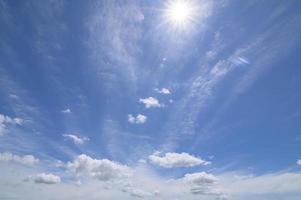 Tageshimmel, Sonne und Wolken foto