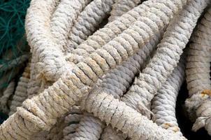weiße Seile im Yachthafen