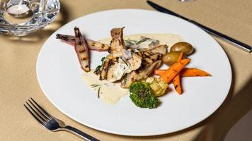 Meeresfrüchtegericht mit Karotten und Brokkoli foto