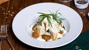 Kartoffel und Huhn mit weißer Sauce