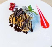 Dessert mit Schokolade und roter Glasur foto