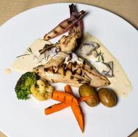 Gegrilltes Hähnchen mit Gemüse