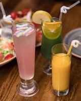leckere Orangen-, Zitronen-, Marshmallow-Saft-Cocktails