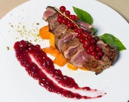 gekochtes Steak mit Preiselbeeren