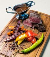 Gegrilltes Steak mit Sauce foto