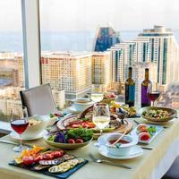 schönes Essen auf dem Tisch foto