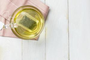 heißer grüner Tee im Glasbecher