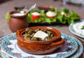Aserbaidschanisches Essen auf dekorativen Tellern foto