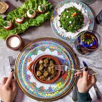 Frau, die eine Dolma, aserbaidschanische Mahlzeit isst foto