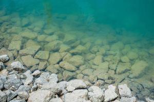 Stein im Wasser am Damm
