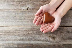 Frauenhände mit Schokoladenherz