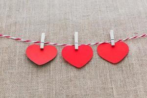 Liebe Valentinstag Herzen natürliche Schnur und weiße Clips hängen foto