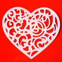 Valentinstag schnitzendes Herz auf dem roten Papierhintergrund