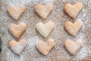 herzförmige Kekse Pulver mit Zucker foto