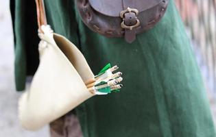 mittelalterlicher Bogenschütze mit Pfeilen und Vintage-Kleid foto