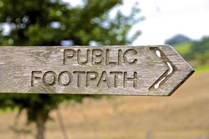 öffentliches Fußwegschild mit der Richtung