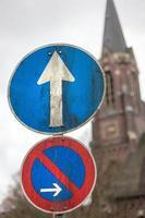 Verkehrszeichen mit geradem Pfeil