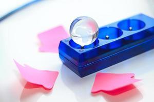 blaues Stromkabel, Planet und rosa Drei-Pfeil. foto