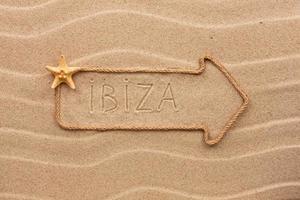 Pfeil aus Seil mit dem Wort Ibiza