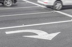 Markierung der Fahrspur rechts abbiegen Pfeil und Auto verschwommen Bewegung