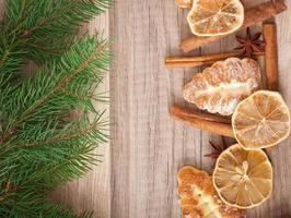 Weihnachtsdekoration mit Tannenbaum auf hölzernem Hintergrund