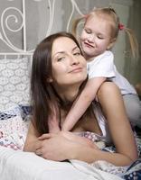 glückliche Mutter und Tochter foto