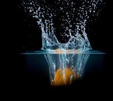 Obst spritzt ins Wasser foto