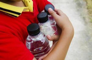 Flasche Wasser in der Hand foto